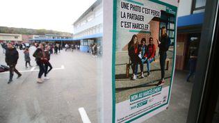 Affiche contre le cyber-harcèlementà l'entrée d'un collège (photo d'illustration). (JULIEN BARBARE / MAXPPP)