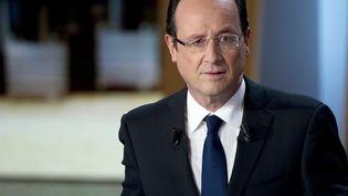 Le candidat socialiste à la présidentielle, François Hollande, sur un plateau de télévision, le 27 février 2012. (FRED DUFOUR / AFP PHOTO)