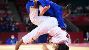 Sarah Leonie Cysique (en blanc) et son adversaire Nora Gjakova lors de l'action contestée lors de la finale du judo féminin -57kg à Tokyo, le 26 juillet 2021. (FRANCK FIFE / AFP)