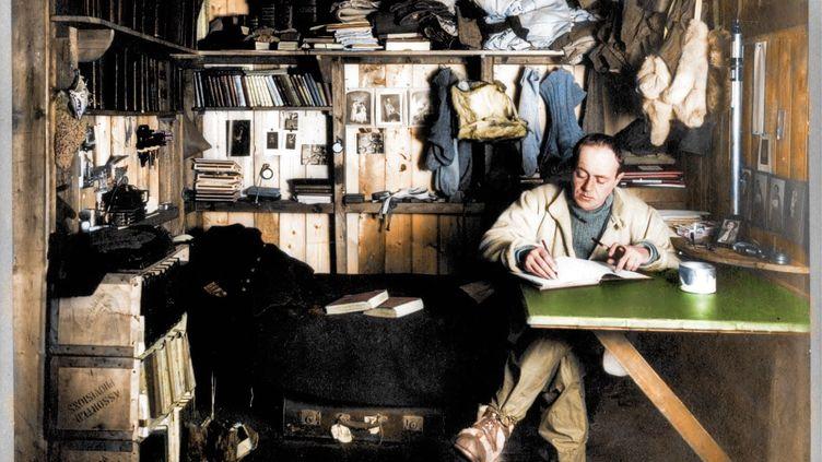 Robert Scott, explorateur en train d'écrire lors d'une expedition dans l'Antarctique. Image colorisée. (ROYSTON LEONARD / MEDIADRUMWORLD.COM / MAXPPP)