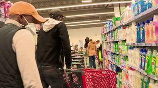 Dans l'Oise, à Compiègne, des jeunes se sont organisés afin de porter les courses de leurs voisins en cette période de confinement liée au Covid-19. (France 3)