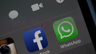 Les deux applications Facebook et WhatsApp voisinent sur un écran d'iPhone pris en photo le 6 avril 2016 à San Anselmo, en Californie (Etats-Unis). (JUSTIN SULLIVAN / GETTY IMAGES NORTH AMERICA)