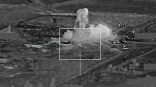 Capture d'écran d'une vidéo montrant une frappe aérienne de l'armée française sur un siteattribué à l'Etat islamique à Raqqa (Syrie), le 17 novembre 2015. (ECPAD / AFP)