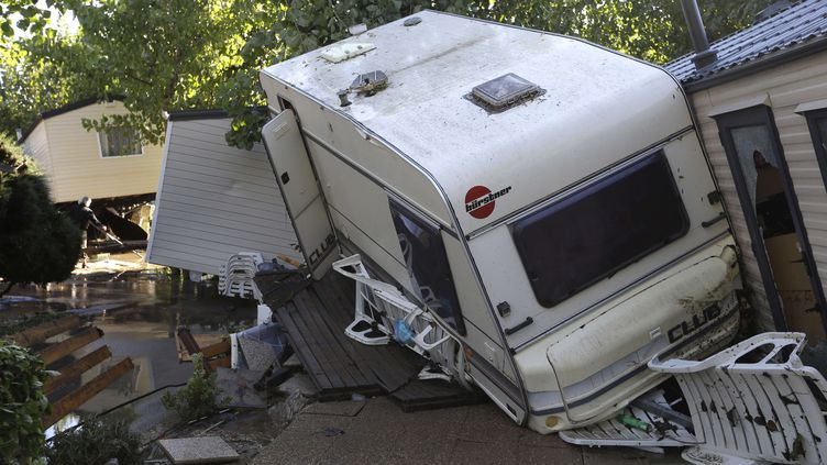 François Hollande a visité, dimanche 4 octobre, le camping de Biot, lui aussi dévasté par les flots. (LIONEL CIRONNEAU / AP / SIPA)