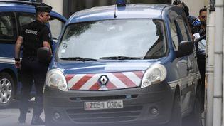 Le véhicule qui escorte Murielle Bolle à l'extérieur du palais de justice de Dijon (Côte d'Or), le 29 juin 2017. (PHILIPPE DESMAZES / AFP)