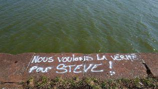Un message sur un quai de la Loire, au niveau du quai Wilson, à Nantes (Loire-Atlantique), le 28 juin 2019. (MAXPPP)