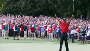 Tiger Woods célèbre sa victoire surle Tour Championship le 23 septembre 2018 à Atlanta, en Géorgie (Etats-Unis). (TIM BRADBURY / GETTY IMAGES NORTH AMERICA / AFP)