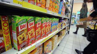 Un rayon de biscuits dans un supermarché à Nantes (Loire-Atlantique). (FRANK PERRY / AFP)