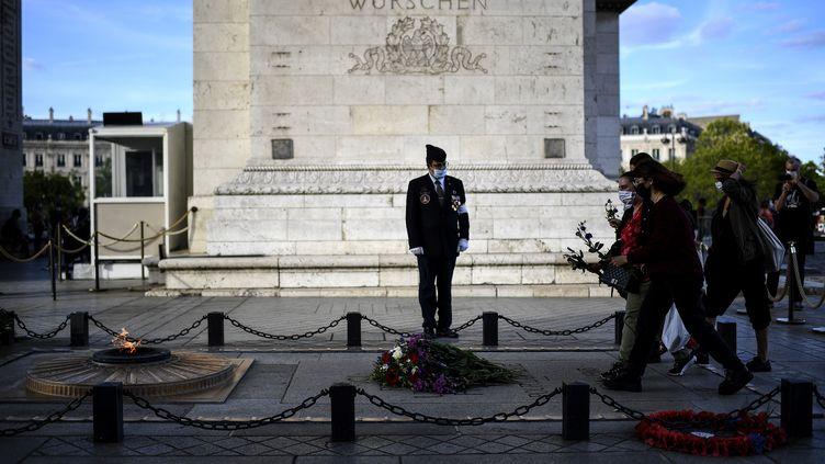 La flamme du Soldat inconnusous l'Arc de triomphe à Paris, le 26 août 2020. (CHRISTOPHE ARCHAMBAULT / AFP)