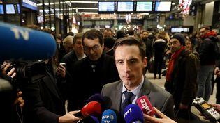 Jean-Baptiste Djebbari parle à la presse depuis la gare Montparnasse (Paris), le 4 décembre 2019. (THOMAS SAMSON / AFP)