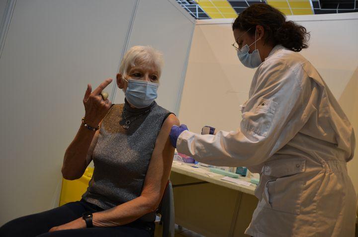 Nicole Puybaret discute avec Lucile Castellsaprès avoir reçuune injection contre le Covid-19, le 7 avril 2021, à Toulouse. (YANN THOMPSON / FRANCEINFO)