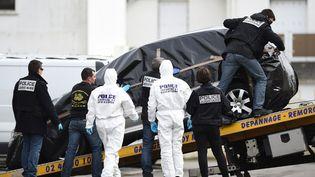 Les enquêteurs emmène la Peugot 308 de Sébastien, le fils de la famille, retrouvée sur un parking à Saint-Nazaire. (JEAN-SEBASTIEN EVRARD / AFP)