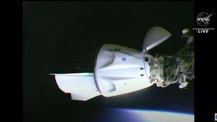 """La capsule """"Crew Dragon"""" transportant Thomas Pesquet et ses trois coéquipiers aprèss'être accrochéeà la Station spatiale internationale, le 24 avril 2021. (NASA / YOUTUBE)"""