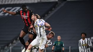 Le défenseur anglais du Milan, Tomori, prend le dessus de la tête pour inscrire le troisième but milanais contre la Juventus, le 9 mai 2021. (MARCO BERTORELLO / AFP)