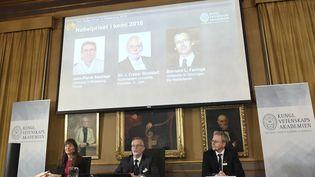 Jean-Pierre Sauvage, J.Fraser Stoddart etBernard L.Feringa, prix Nobel de chimie, le 5 octobre 2016 (JONATHAN NACKSTRAND / AFP)