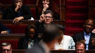 Le chef de file de La France insoumise, Jean-Luc Mélenchon, devant le ministre de la Santé et des Solidarités Olivier Veran, lundi 17 février 2020 à l'Assemblée nationale. (CHRISTOPHE ARCHAMBAULT / AFP)