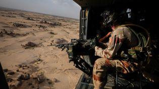 Un soldat français de l'opération Barkhane, lors d'une opération à Kidal, une zone dans le nord du Mali, en août 2018. (FRED MARIE / HANS LUCAS / AFP)