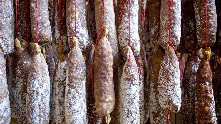 Le séchage de saucissons dans une salaison. (PHILIPPE ROY / AFP)