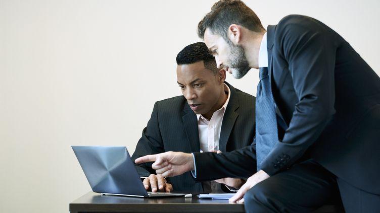 Un mentor aide un jeune. Photo d'illustration. (ERIC AUDRAS / MAXPPP)