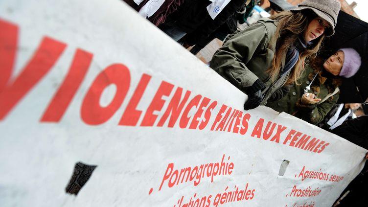 Partout en France, samedi 23 novembre, de nombreuses marches ont lieu contre les violences conjugales. Une mobilisation qui intervient à deux jours de la journée internationale pour l'élimination des violences faites aux femmes. Les associations attendent des mesures fortes du gouvernement. (REMY GABALDA / AFP)