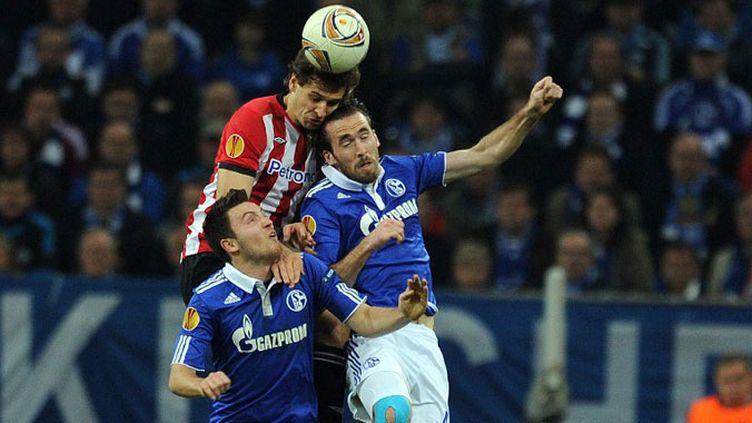 Le défenseur de Bilbao Jon Aurtenexte dans la tenaille allemande