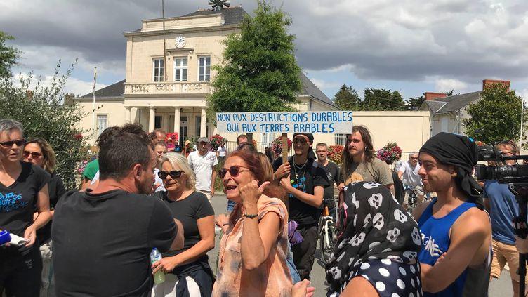 Des militants écologistes et des habitants favorables au projet de surf park s'invectivent, samedi 27 juillet, à Saint-Père-en-Retz (Loire-Atlantique). (MAXPPP)