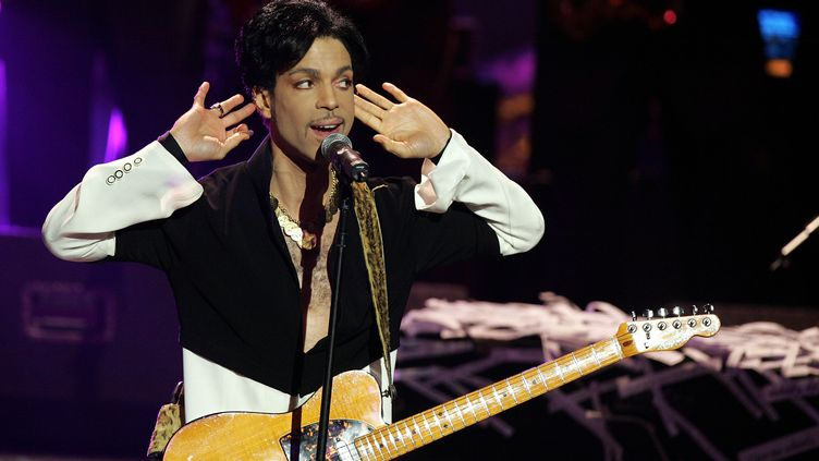 Prince jouele 19 mars 2005 à Los Angelesaux 36e NAACP Image Awards, où ilest distingué d'unVanguard Award. (KEVIN WINTER / GETTY IMAGES NORTH AMERICA)