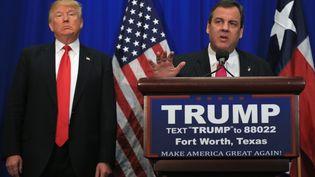 Donald Trump accompagné de Chris Christie, vendredi 26 février 2016 à Fort Worth, au Texas (Etats-Unis). (TOM PENNINGTON / GETTY IMAGES NORTH AMERICA / AFP)