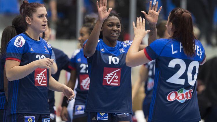 Les Françaises qui se congratulent après la victoire (FRANK CILIUS / SCANPIX)
