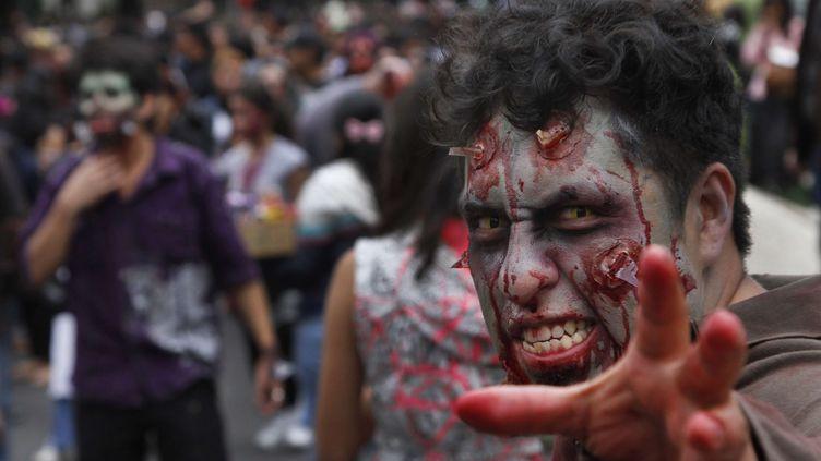 """Un """"zombie"""" dans les rues de Mexico (Mexique), le 23 novembre 2013. (MARCO UGARTE/SIPA/AP)"""