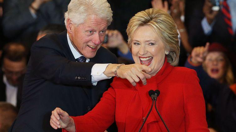 Hillary et Bill Clinton, le 1er février 2016, à Des Moines (Iowa). (WIN MCNAMEE / GETTY IMAGES NORTH AMERICA / AFP)