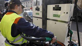 Un pompiste parisien sert un motard, le 14 mars 2012. Les prix de certaines stations-service ont passé le seuil des 2 euros par litre. (REMY DE LA MAUVINIERE / AP / SIPA)