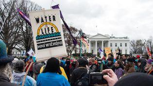 """""""L'eau, c'est la vie !"""". Des Amérindiens manifestent devant la Maison-Blanche le 10 mars 2017 pour protester contre la construction d'un oléoduc en Dakota du Nord. (NICHOLAS KAMM / AFP)"""