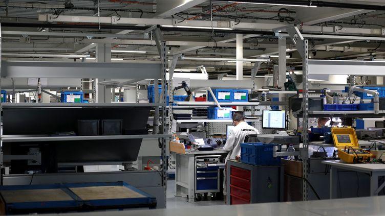 Une personne dans une usine de Toulouse, le 22 janvier 2021. (MATTHIEU RONDEL / HANS LUCAS / AFP)