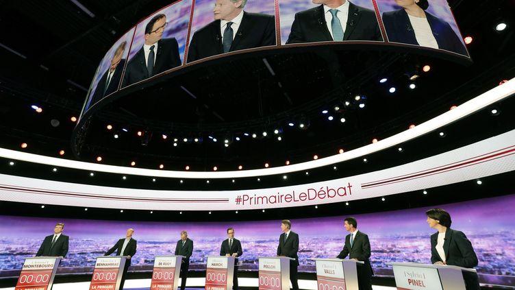 Les sept candidats à la primaire de la gauche sur le plateau de TF1, le 12 janvier 2017, à la Plaine-Saint-Denis à Paris. (PHILIPPE WOJAZER / AFP)