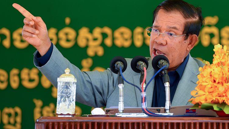 Le Premier ministre cambodgien Hun Sen lors de l'inauguration d'un pont, le 26 octobre 2020 à Phnom Penh. (TANG CHHIN SOTHY / AFP)