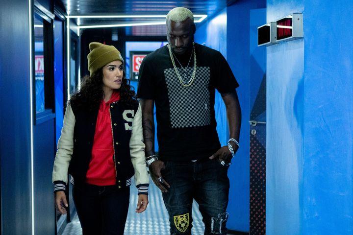 """Moussa Mansaly joue le rappeur Mastar dans """"Validé"""" et Sabrina Ouazani joue la directrice artistique Inès. (MIKA COTELLON / MANDARIN TELEVISION / CANAL+)"""
