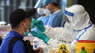 Un homme qui estrécemment allé à Pékin effectue un test de dépistage du Covid-19 à Nanjing, dans la province chinoise du Jiangsu, le 15 juin 2020. (AFP)