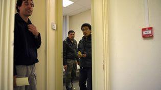Des demandeurs d'asile afghans, dans un centre d'hébergement Emmaüs, le 21 décembre 2010 à Paris. (BERTRAND LANGLOIS / AFP)