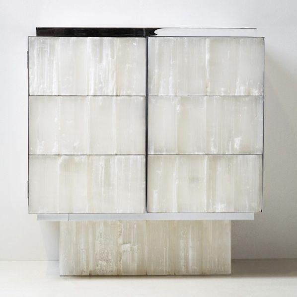 Cabinet en gypse et laiton chromé imaginé par Yann Jallu  (photo Anais Wulf)
