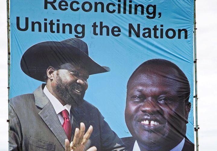 Les deux frères ennemis du Soudan du Sud à l'affiche à Juba après un accord de paix qui n'aura duré que quelques semaines (avril 2016).  (AFP/Albert Gonzalez Farran)