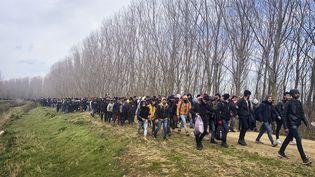 Des migrants marchent en Turquie vers la frontière avec la Grèce, le 2 mars 2020. (HAKAN MEHMET SAHIN / ANADOLU AGENCY / AFP)