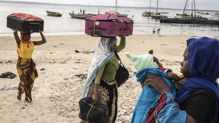 Des réfugiés venus par la mer du nord de la province du Cabo Delgado continuent d'affluer à Pemba, la capitale régionale. Ce 22 mai 2021, 49 réfugiés sont arrivés par le même bateau sur la plage de Paquitequete. (JOHN WESSELS / AFP)