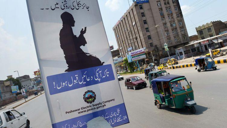 Une des affiches de la société productrice d'électricité Pesco, à Peshawar (Pakistan), le 21 juillet 2013. (A. MAJEED / AFP)