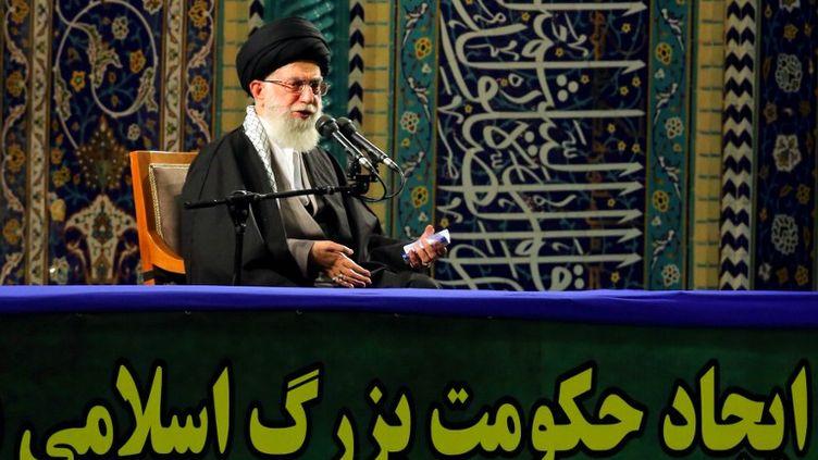 L'ayatollah Ali Khamenei, le guide suprême iranien, à l'occasion d'un discours à Téhéran, mercredi 20 novembre 2013. (HO / KHAMENEI.IR / AFP)