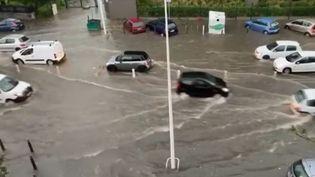 À Marseille (Bouches-du-Rhône), l'eau est montée très vite par endroits. Les autoroutes sont complètement saturées, car de nombreuses routes sont inondées. (CAPTURE D'ÉCRAN FRANCE 3)