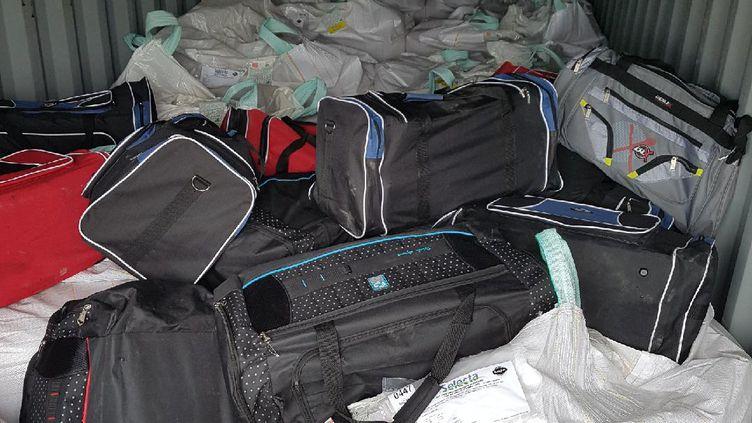 La drogue était dissimulée dans des sacs, dans un conteneur. (DOUANE FRANÇAISE)