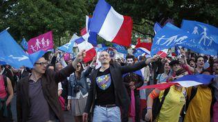 Des militants de la Manif pour tous, le 16 juin 2013 devant la chaîne M6, à Neuilly-sur-Seine (Hauts-de-Seine). (THOMAS COEX / AFP)
