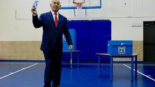 Le Premier ministre israélien Benjamin Netanyahu, juste avant de voter à Jérusalem, le 9 avril 2019. (ARIEL SCHALIT / AFP)