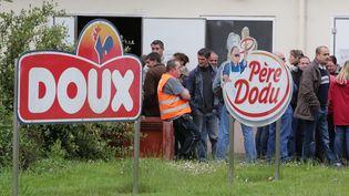 Les employés de Doux, le 15 mai 2013, devant l'usine du volailler à Pleucadeuc, dans le Morbihan. (FRANCOIS DESTOC / MAXPPP)